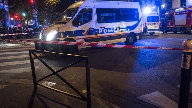 Un car de police dans les rues de Paris, près du boulevard Voltaire, où se trouvent la salle de concert Le Bataclan, vendredi 13 novembre 2015. (AMINE LANDOULSI / ANADOLU AGENCY / AFP)