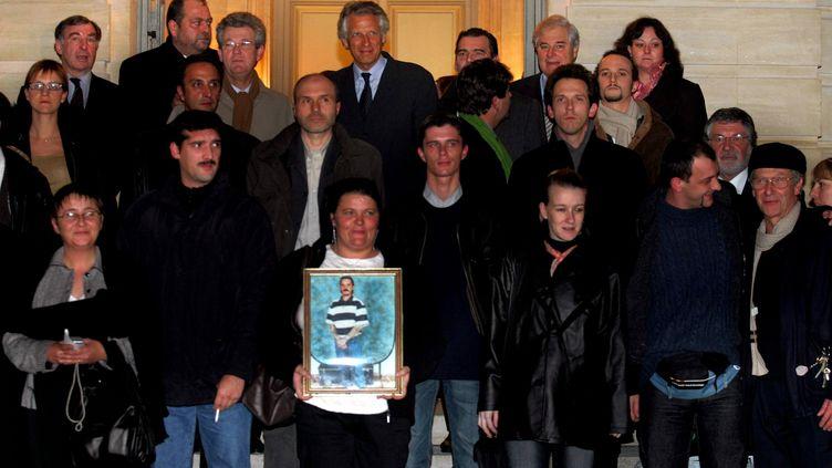 Les acquittés d'Outreau reçus à Matignon par le Premier ministre Dominique de Villepin, le 6 décembre 2005 à Paris. (MAXPPP)