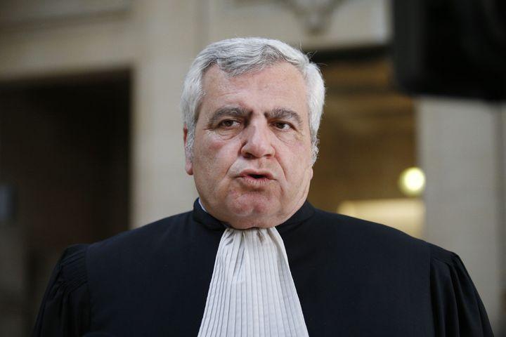 Thierry Herzog parle à la presse à la sortie du tribunal, le 7 mars 2017, à Paris. (GEOFFROY VAN DER HASSELT / AFP)