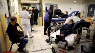 Patients souffrant de la grippe aux urgences de l'hôpital d'Argenteuil, le 10 janvier 2017 (photo d'illustration). (ARNAUD DUMONTIER / MAXPPP)