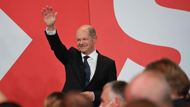 Le chef de file du SPD, Olaf Scholz, célèbre la victoire de son parti aux élections fédérales allemandes, à Berlin le 26 septembre 2021. (MAXPPP)