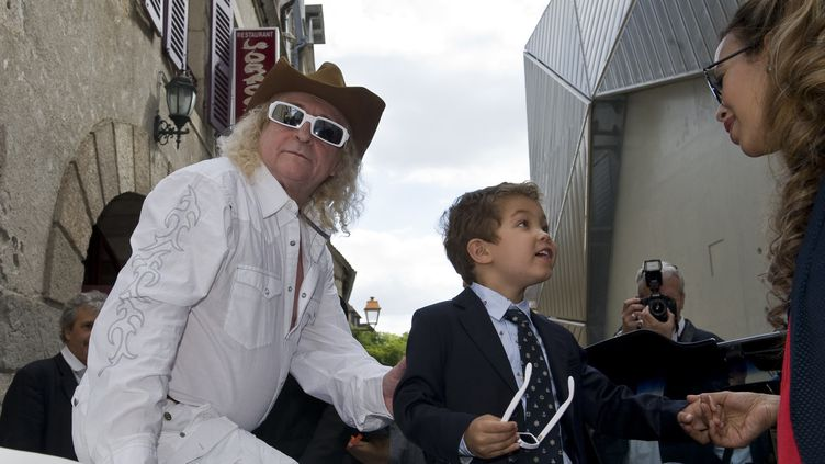 Michel Polnareff en compagnie de sa compagne Danyellah et de son fils Louka en juin 2015 à Montluçon  (THIERRY ZOCCOLAN / AFP)