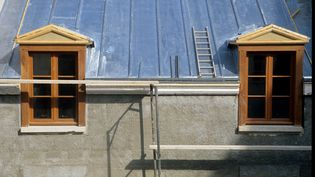 Si vous voulez changer fenêtres, volets ou porte d'entrée, vous n'aurez plus droit, entre le 1er janvier et le 30 juin prochain, qu'à un taux réduit de crédit d'impôt de 15%. (PHOTO12 / GILLES TARGAT)