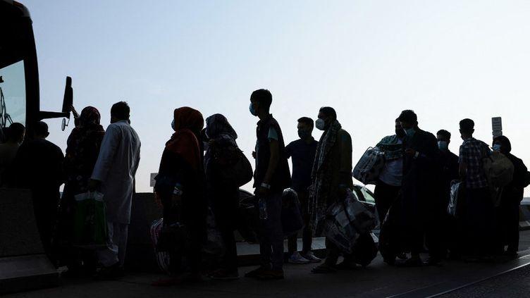 Des Afghans à leur arrivée en Virginie (Etats-Unis), le 25 août 2021. (ANNA MONEYMAKER / AFP)
