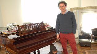 Le violoniste David Grimal chez lui, à Paris.  (LCA/Culturebox)