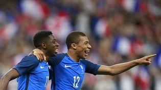 Ousmane Dembele et Kylian Mbappe, après la victoire de l'équipe de France contre l'Angleterre, lors d'un match amical à Paris, mardi 13 juin 2017. (BENJAMIN CREMEL / AFP)