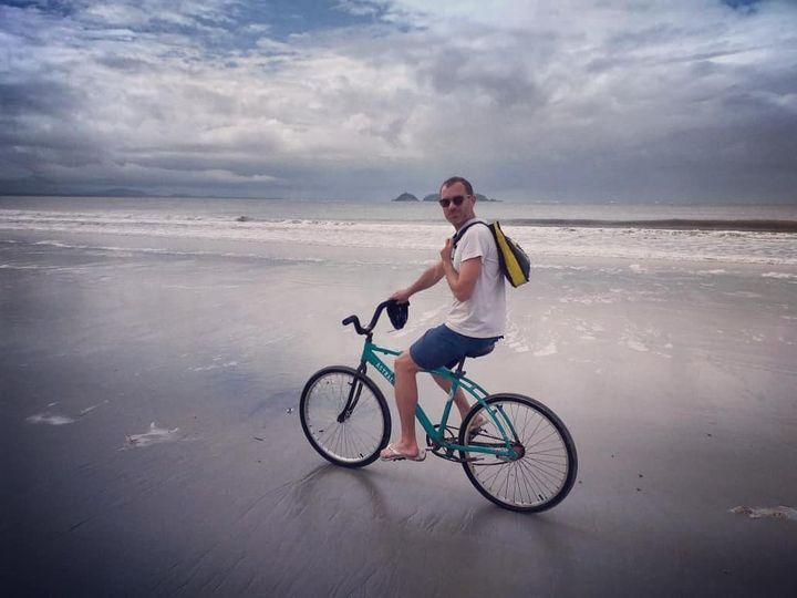 """Axel Lahaye à vélo sur une plage de Rio :""""Tous les fanatiques supporteurs de Bolsonaro ne prennent pas en compte tous les avis pour se protéger du virus"""" (Casa 48)"""