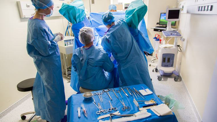 Une opération dans un service d'urologie du groupe hospitalier Diaconesses Croix Saint-Simon à Paris, le 14 janvier 2014. (GARO / PHANIE / AFP)