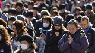 Des habitants de Tokyo (Japon) observant une minute de silence en mémoire des victimes du séisme, du tsunami et de l'accident nucléaire de Fukushima, troisans jour pour jour après le drame, le 11 mars 2014. (EUGENE HOSHIKO / AP / SIPA)