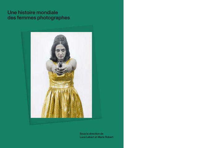 """La couverture d'""""Une histoire mondiale des femmes photographes"""" (Textuel), photographie de Pushmala N. (© Pushmala N.)"""