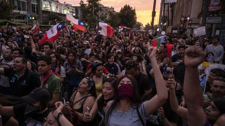 Des manifestants protestent contre les inégalités sociales à Santiago, au Chili, le 25 octobre 2019. (PEDRO UGARTE / AFP)