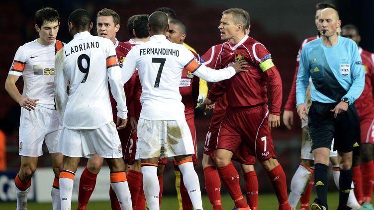Les joueurs danois du Nordsjälland contestent le but ukrainien du Shakhtar Donetsk marqué par Luiz Adriano, sur une action contestable, le 20 novembre 2012 à Copenhague, au Danemark. (LARS POULSEN / AP / SIPA)