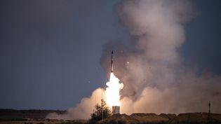 Un missile tiré depuis un système s-400 dans une base militaire russe, située dans le sud de la Russe, le 22 septembre 2020. (DIMITAR DILKOFF / AFP)