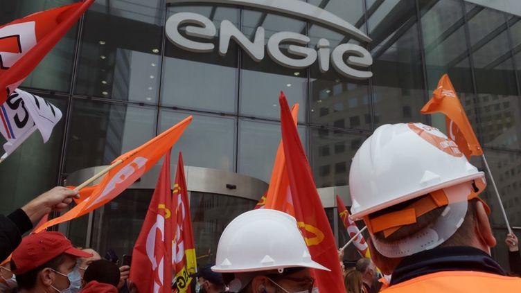 Des syndicalistes de Suez manifestent contre l'OPA de Veolia le 29 septembre 2020 à La Défense (Hauts-de-Seine), devant l'entreprise française Engie, société mère de Suez. (ERIC PIERMONT / AFP)
