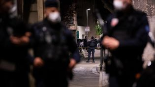 La police sécurise le site où un policier a été tué lors d'une opération anti-drogue à Avignon, le 5 mai 2021. (CLEMENT MAHOUDEAU / AFP)