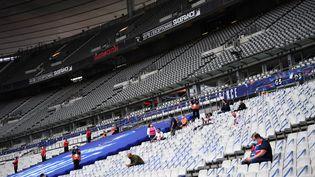 Des supporters prennent place dans le stade de France pour la finale de la Coupe de France opposant le PSG à l'ASSE, vendredi 24 juillet 2020. (FRANCK FIFE / AFP)