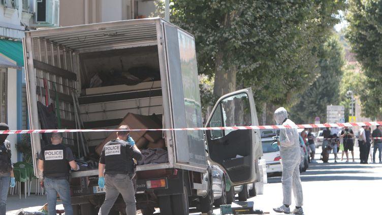 Des policiers fouillent le camion qui a servi à l'attentat sur la promenade des Anglais la nuit du 14-Juillet, le 15 juillet 2016 à Nice. (MAXPPP)
