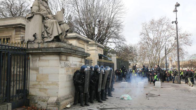 Des policiers devant l'Assemblée nationale, le samedi 9 février, non loindu lieu où le manifestant a été grièvement blessé. (MICHEL STOUPAK / AFP)