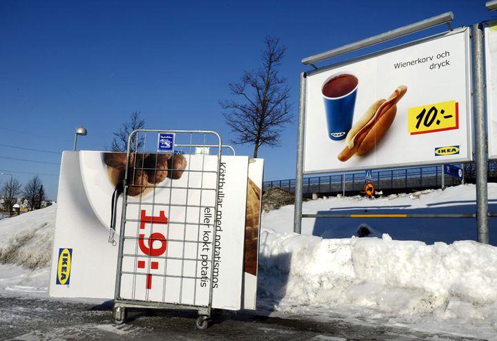 Des panneaux publicitaires concernant des boulettes de viande Ikea sont retirés d'un parking de l'enseigne à Stockholm (Suède), le 25 février 2013. (JESSICA GOW / SCANPIX / AFP)