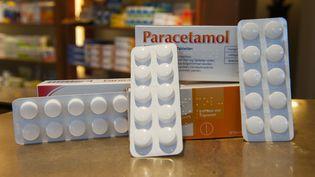 Des plaquettes de paracétamol sur le comptoir d'une pharmacie. (PAUL ZINKEN / DPA)