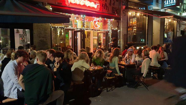 Une terrasse de bar à Copenhague, au Danemark, où le coronapass n'est plus nécéssaire pour s'attabler depuis le 1er septembre. (AGATHE MAHUET / RADIO FRANCE)