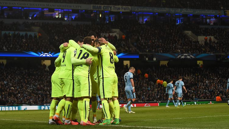 Les joueurs du Barça entourent Luis Suarez, auteur d'un doublé (PAUL ELLIS / AFP)