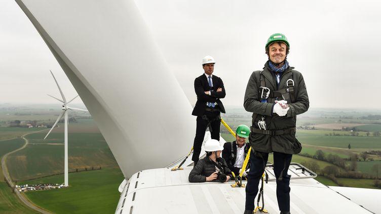 L'ancien ministre de la Transition écologique et solidaire, Nicolas Hulot, le 8 janvier 2018 sur une éolienne à Juillé (Sarthe). (JEAN-FRANCOIS MONIER / AFP)
