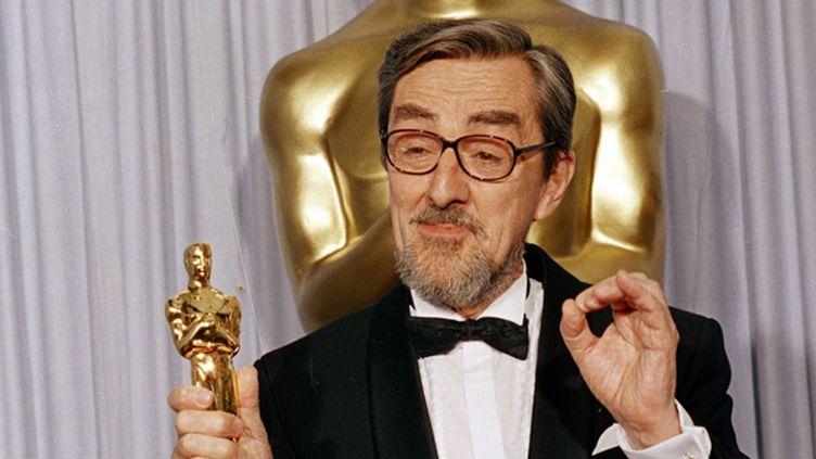 """Le réalisateur danois Gabriel Axel recevant un Oscar en 1988 pour son film """"Le Festin de Babette"""".  (Lennox McLendon/AP/SIPA)"""