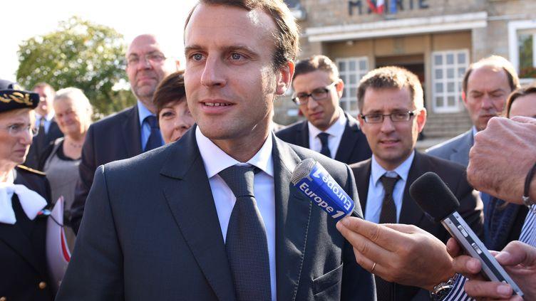 Emmanuel Macron, ministre de l'Economie, de l'Industrie et du Numérique en déplacement à Romagny (Manche),lors d'une visite du site d'Acome, une Scopspécialisée dans la fibre numérique. (SALOM-GOMIS SEBASTIEN / SIPA)