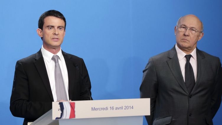 Le Premier ministre, Manuel Valls, et le ministre des Finances, Michel Sapin, lors d'un point presse à l'Elysée, le 16 avril 2014. (PHILIPPE WOJAZER / AFP)