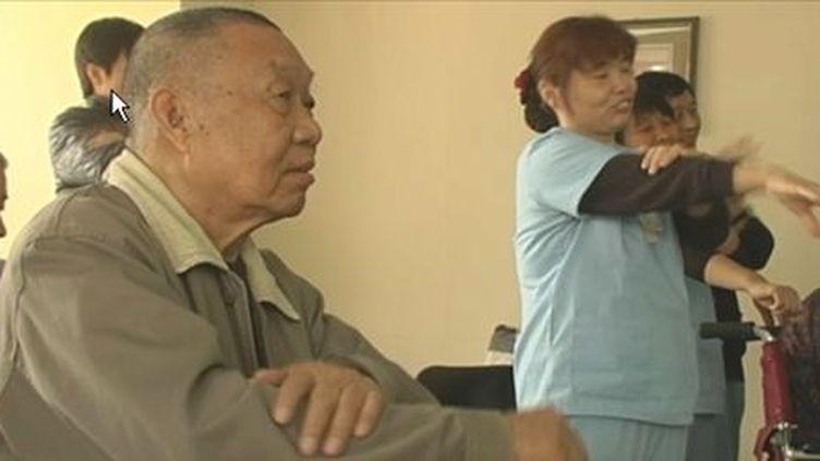 Un Chinois suit un cours de gym dans une maison de retraite. (FTV)