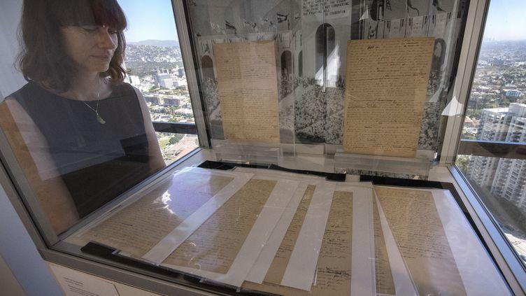 Le manuscrit original du manifeste des Jeux olympiques rédigé par Pierre de Coubertin, vendu auw enchères à New York (Etats-Unis), le 18 décembre 2019. (MARK RALSTON / AFP)