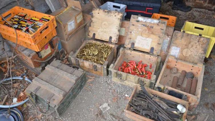 Des armes et munitions saisies par la police judiciaire d'Annecy (Savoie) dans des garages de la région. (Police judiciaire d'Annecy)