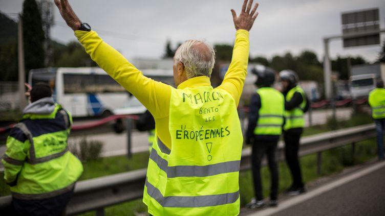 """Certains ont déjà le regard tournée vers les élections européennes et promettent une défaite à La République en marche.Le mouvement des """"gilets jaunes"""", qui se veut apolitique, n'a pas vocation dans l'immédiat à se transformer en formation politique. (FRANCK BESSIERE / HANS LUCAS / AFP)"""
