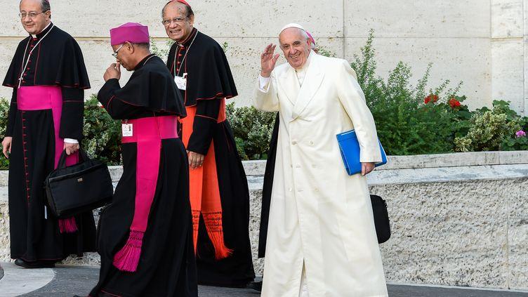Le pape François lors de son arrivée au dernier jour du synode sur la famille, le 24 octobre 2015 au Vatican. (ANDREAS SOLARO / AFP)