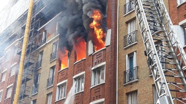 Un immeuble en flammes boulevard Brune, à Paris 14e, le 11 juin 2020. (POMPIERS DE PARIS / TWITTER)