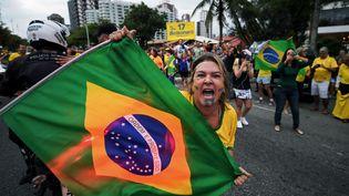 Une militante manifeste en faveur du candidat à la présidentielle brésilienne Jair Bolsonaro, à Rio de Janeiro, le 29 septembre 2018. (CARL DE SOUZA / AFP)