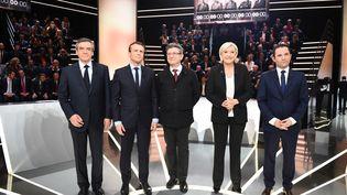 Les cinq candidats les mieux placés dans les sondages sur le plateau de TF1, le 20 mars TF1, sur un plateau de la Plaine-Saint-Denis (Seine-Saint-Denis). (ELIOT BLONDET / AFP)