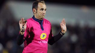 L'arbitre Romain Poite lors du match de Top 14 Mont-de-Marsan–Bordeaux-Bègles, le 27 octobre 2012, à Mont-de-Marsan (Landes). (NICOLAS TUCAT / AFP)