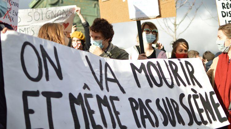 Manifestation du monde de la culture à Paris le 15 décembre 2020 pour protester contre la fermeture des lieux culturels à cause de l'épidémie de Covid-19. (VICTOR VASSEUR / RADIOFRANCE)