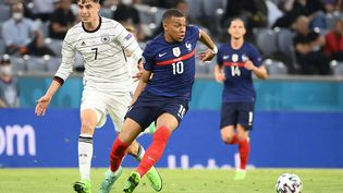 Kilian Mbappé et le joueur allemand Kai Havertz durant le match France-Allemagne le 15 juin 2021 lors de l'Euro 2021 à Munich (Allemagne). (FRANCK FIFE / POOL / AFP)