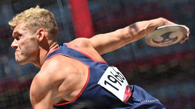 Kevin Mayer à l'occasion du lancer du disque, lors du décathlon olympique des Jeux de Tokyo, jeudi 5 août. (ANDREJ ISAKOVIC / AFP)