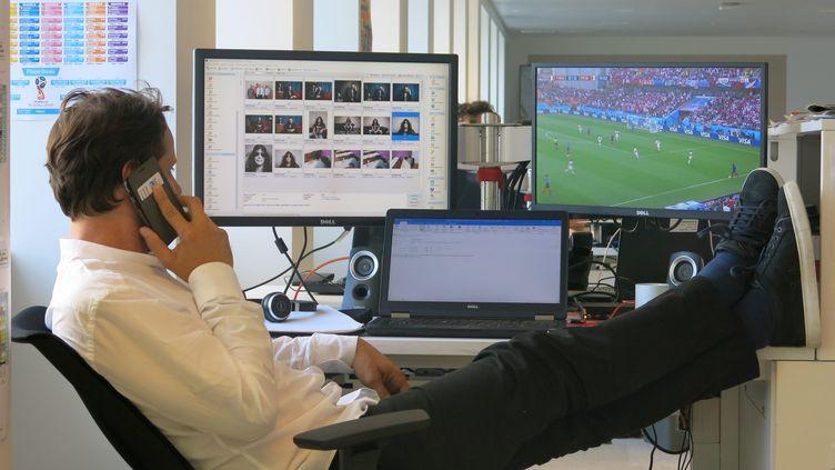 Un homme suit un match de football depuis son poste de travail. (LP/AUR?LIE AUDUREAU / MAXPPP)