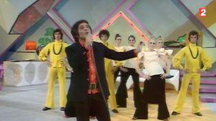 """Capture d'écran de Richard Anthony interprétant sa chanson """"Musicolor"""" en 1970. ( FRANCE 2)"""