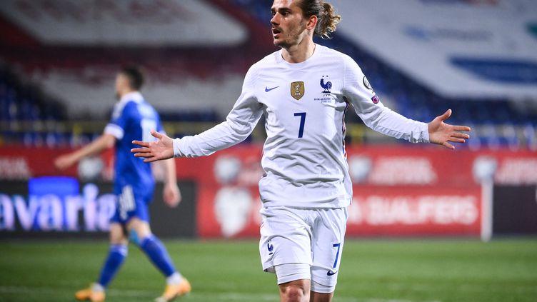 Antoine Griezmann célèbre son but face à la Bosnie-Herzégovine, mercredi 31 mars. (FRANCK FIFE / AFP)