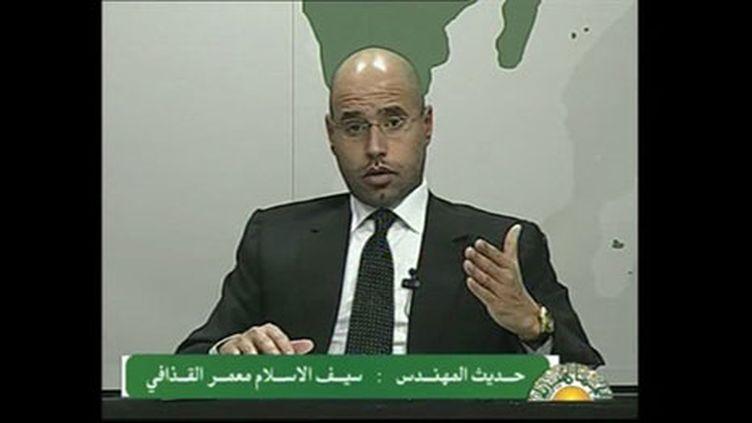 Saif Al Islam Kadhafi, fils du dictateur libyen, s'exprimant à la télévision dans la nuit de dimanche à lundi (AFP PHOTO - LIBYAN TV)