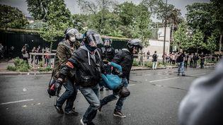 Des policiers interpellent un manifestant lors d'un défilé contre la loi Travail, à Paris, le 12 mai 2016. (JULIEN PITINOME / NURPHOTO / AFP)