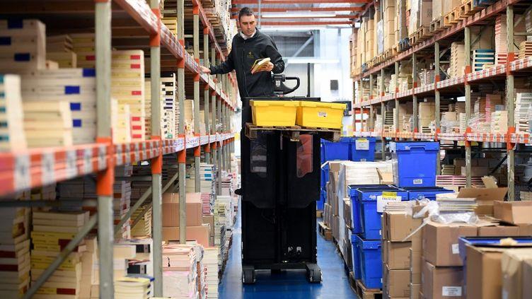 Un salarié dans un entrepôt près de Barcelone (Espagne), le 27 avril 2020. (LLUIS GENE / AFP)