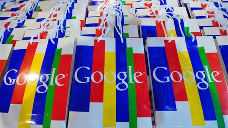 Sacs avec des logos Google distribués lors d'une conférence de presse à Hambourg (Allemagne) le 6-10-2010 (AFP - JOHANNES EISELE)