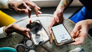 Le prix des smartphones pourrait augmenter, des composants et des pièces qui commencent à goûter cher. (Illustration) (HINTERHAUS PRODUCTIONS / DIGITAL VISION / GETTY IMAGES)